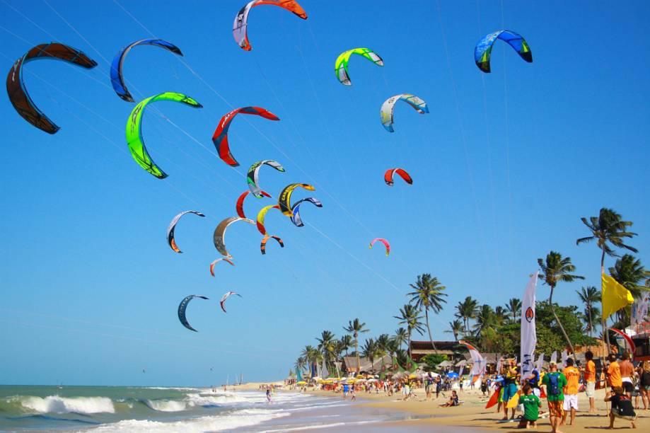Os ventos fizeram de Cumbuco, Ceará um dos melhores lugares do mundo para o kite e o windsurfe. Muitos estrangeiros, atraídos pelas ótimas condições para os esportes, abriram pousadas e ficaram por aqui