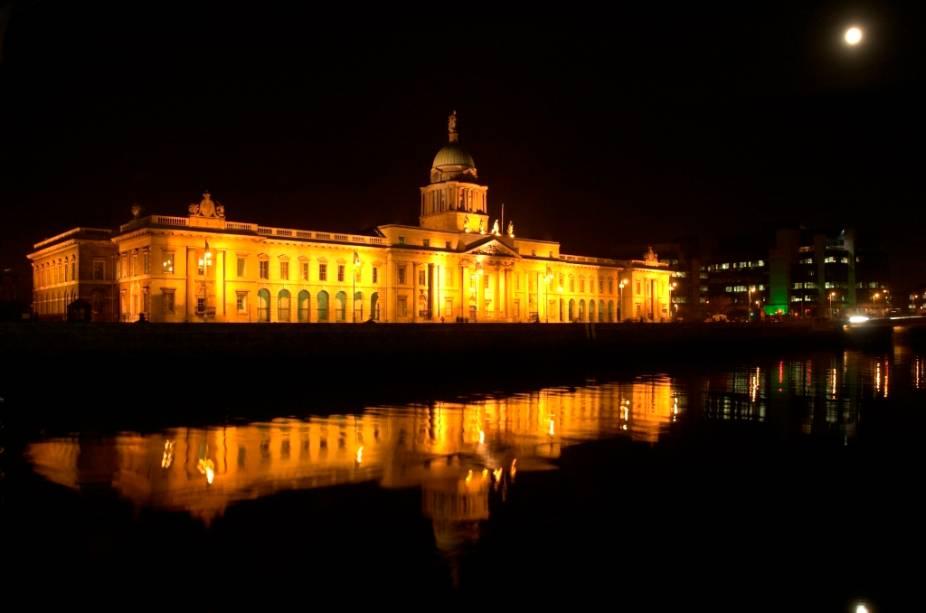 Localizado na margem norte do rio Liffey, o edifício neoclássico do Custom House originalmente abrigava a alfândga do porto de Dublin. Hoje é sede de outros departamentos governamentais