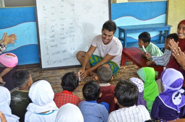 Dando aula em uma escola primária na Indonésia
