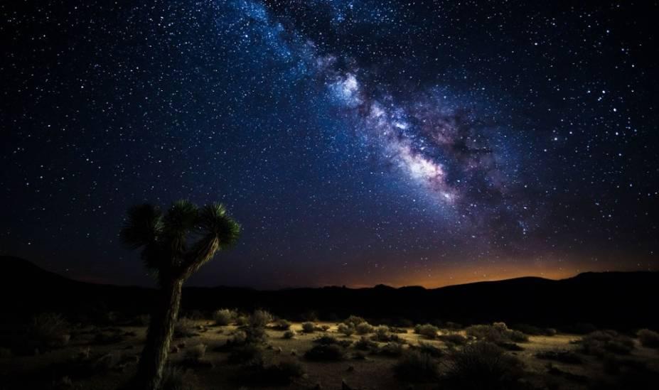 """<strong>1. Death Valley National Park, Califórnia, <a href=""""http://viajeaqui.abril.com.br/paises/estados-unidos"""" target=""""_blank"""" rel=""""noopener"""">Estados Unidos</a></strong> É difícil acreditar que uma área a apenas duas horas ao sul de <a href=""""http://viajeaqui.abril.com.br/cidades/estados-unidos-las-vegas"""" target=""""_blank"""" rel=""""noopener"""">Las Vegas</a> pode abrigar alguns dos céus mais escuros dos Estados Unidos, mas eis que você encontrará o Death Valley National Park com 3,4 milhões de hectares. A extensão do Deserto de Mojave é um dos melhores lugares para observar um eclipse lunar, uma chuva de meteoros ou simplesmente contemplar a magnitude absoluta do cosmos. Os funcionários do Death Valley National Park também realizam eventos regulares de astronomia, e duas vezes por mês, é possível se juntar a eles em uma caminhada pela Badwater Basin para conferir vistas mágicas da lua nova e cheia <a href=""""http://viajeaqui.abril.com.br/vt/blogs/concierge-cronicas-viagem/2016/09/26/o-deserto-de-joshua-tree-na-california-e-roots-mas-tem-coachella/"""" target=""""_blank"""" rel=""""noopener"""">+</a><a href=""""http://viajeaqui.abril.com.br/vt/blogs/concierge-cronicas-viagem/2016/09/26/o-deserto-de-joshua-tree-na-california-e-roots-mas-tem-coachella/"""" title=""""O deserto de Joshua Tree, na Califórnia, é roots, mas tem Coachella"""">O deserto de Joshua Tree, na Califórnia, é roots, mas tem Coachella</a>"""