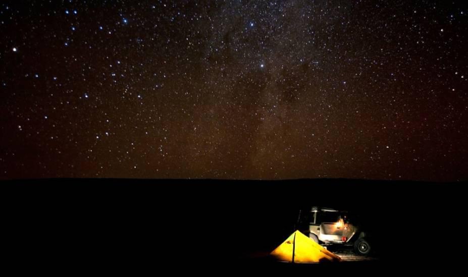 """<strong>5. <a href=""""http://viajeaqui.abril.com.br/cidades/chile-san-pedro-de-atacama"""" rel=""""Deserto do Atacama"""" target=""""_blank"""">Deserto do Atacama</a>, <a href=""""http://viajeaqui.abril.com.br/paises/chile"""" rel=""""Chile"""" target=""""_blank"""">Chile</a> </strong>O Deserto do Atacama, no Chile, é um destaque no turismo astronômico graças a uma combinação de clima árido, alta altitude, baixa poluição e mínima cobertura de nuvens (justamente por causa do clima seco). A apenas 48 quilômetros a leste de <a href=""""http://viajeaqui.abril.com.br/cidades/chile-san-pedro-de-atacama"""" rel=""""San Pedro"""" target=""""_blank"""">San Pedro</a>, você pode visitar observatórios como o Llano de Chajnantor, lar do telescópio revolucionário ALMA. A tecnologia - que utiliza 66 antenas - é capaz de capturar estrelas a anos-luz de distância. Também é possível levar seu próprio telescópio e passar horas admirando as luas de Júpiter, os anéis de Saturno, a nebulosa Tarântula e o conjunto de galáxias Fornax, quase sempre detectáveis sem ampliação<a href=""""http://viajeaqui.abril.com.br/materias/passeios-deserto-do-atacama-no-chile"""" rel=""""+ As atrações do Deserto do Atacama"""" target=""""_blank"""">+ As atrações do Deserto do Atacama</a>"""