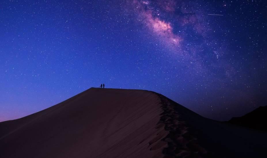 """<strong>9. Deserto do Saara, <a href=""""http://viajeaqui.abril.com.br/paises/marrocos"""" rel=""""Marrocos"""" target=""""_blank"""">Marrocos</a></strong>A maioria das viagens astronômicas marroquinas começam em Ouarzazate ou Zagora, incluindo uma jornada de ônibus de várias horas em meio à cordilheira do Atlas e aos tradicionais vilarejos berberes. Apesar de essa parte da viagem ser deslumbrante, é no Saara, na fronteira entre o Marrocos e a Argélia, que os guias turísticos irão ajudá-lo com a parte mais emocionante da caminhada - atravessar as dunas em um 4x4 ou em um camelo. Uma hora ou duas no deserto, ao anoitecer, as vistas de 360 graus do céu apresentam um show de constelações cintilantes do zodíaco de Touro e Gêmeos à Câncer e Leão. Se você não tem vontade de passar uma noite no deserto, é possível se hospedar no <a href=""""http://www.booking.com/hotel/ma/kasbah-saharasky.pt-br.html?aid=332455&label=viagemabril-lugaresestrelas"""" rel=""""Kasbah Hotel SaharaSky"""" target=""""_blank"""">Kasbah Hotel SaharaSky</a>, onde há um observatório próprio"""