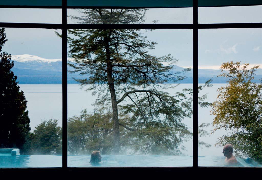 Piscina e lago vistos do Design Suites, em Bariloche