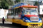 Chiva, no Equador, parte do passeio de trem até o Nariz do Diabo