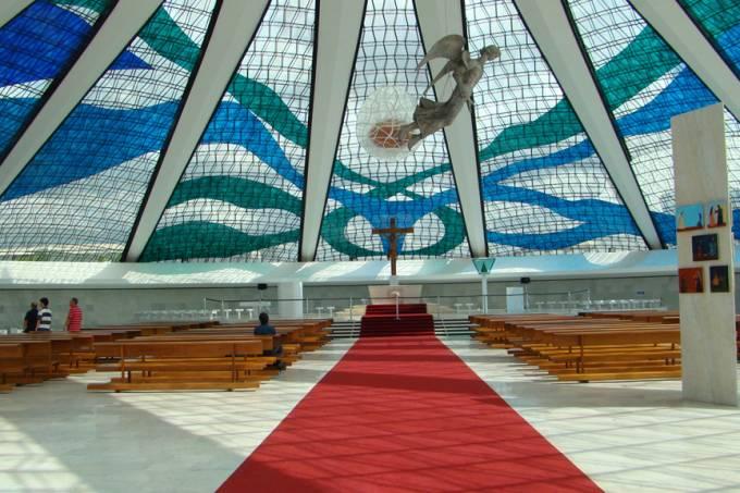 Como foi construída abaixo do nível do solo, a catedral metropolitana de Brasília revela-se maior por dentro do que se presume. O local reúne obras de Di Cavalcanti, Ceschiatti e Athos Bulcão