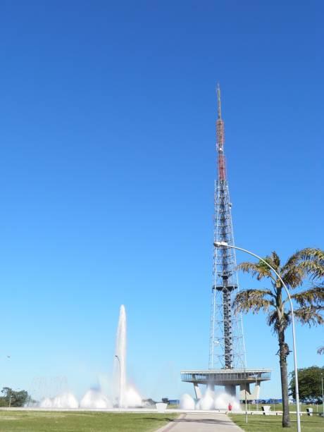 Um dos passeios de Brasília é a Torre de Televisão, que permite vista panorâmica do Eixo Monumental, Lago Paranoá, Parque da Cidade e Asa Sul e Norte. A estrutura metálica de 75m, projetada por Lucio Costa, é a mais alta da América Latina