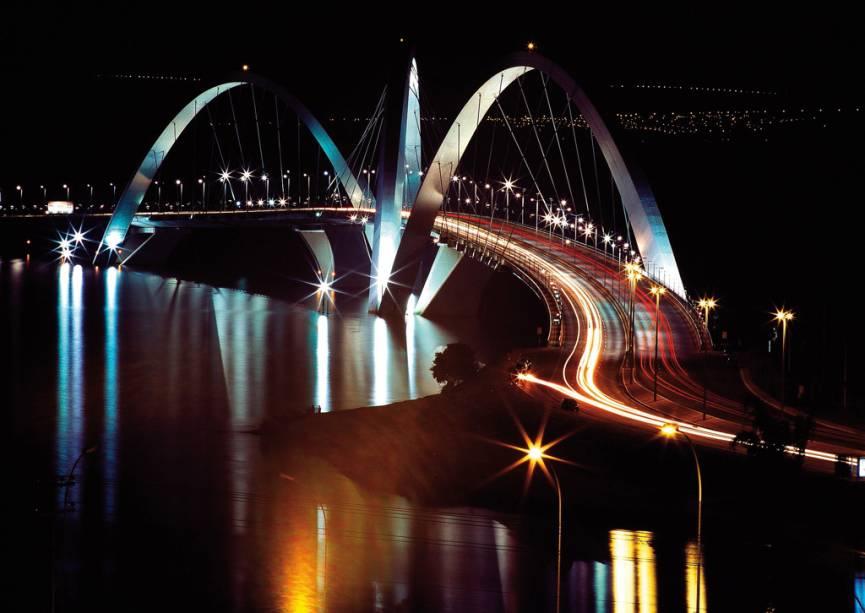 Os três arcos sobre a Ponte Juscelino Kubitschek, de 1,2km de extensão, inaugurada em 2002, são inspirados no movimento de uma pedra quicando sobre um espelho dágua