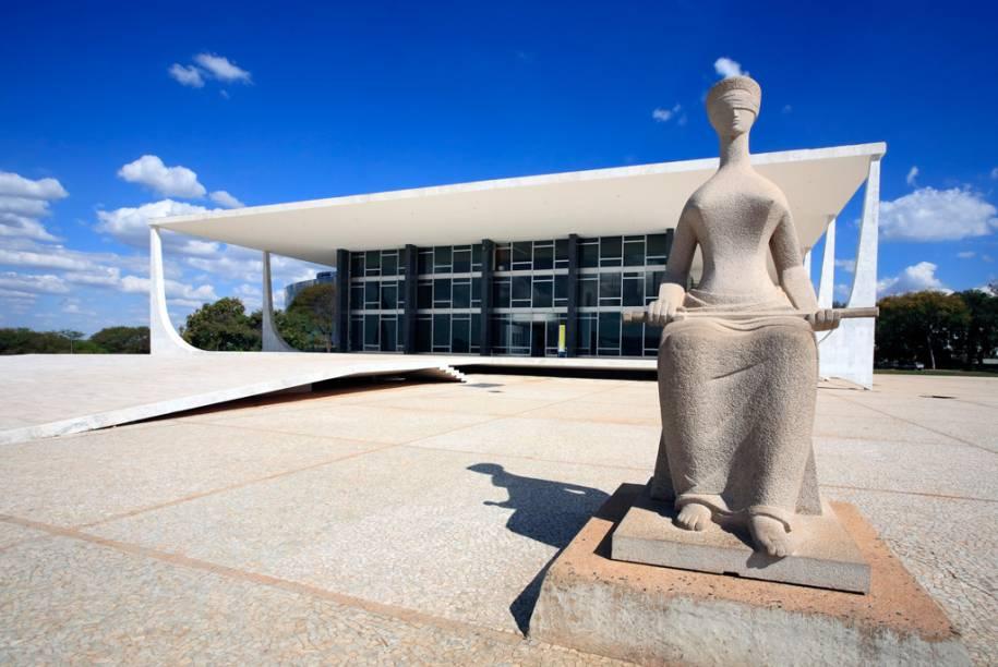 """Fachada do Supremo Tribunal Federal e estátua """"A Justiça"""", de Alfredo Seschiatti, no Eixo Monumental"""
