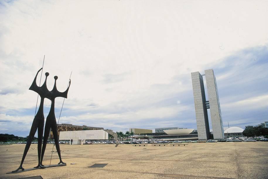 """Monumento """"Os Guerreiros"""" e Congresso Nacional na Praça dos Três Poderes"""