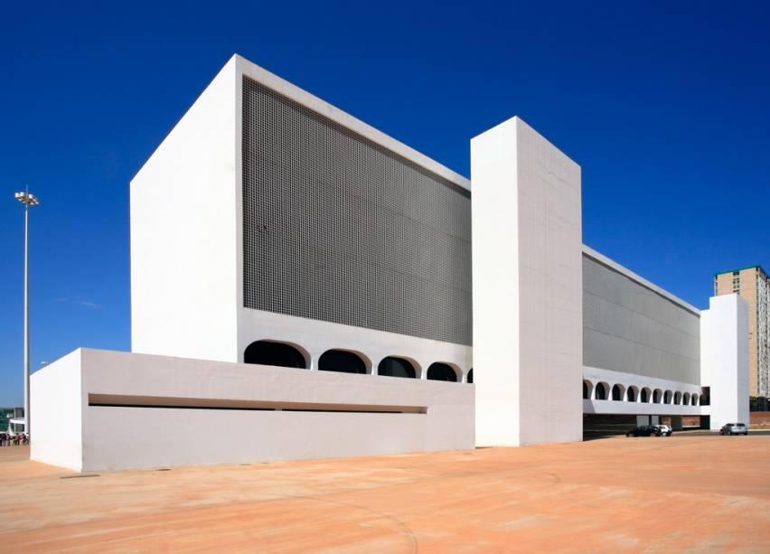 Biblioteca Nacional de Brasília e o Museu Nacional fazem parte do Complexo Cultural da República, projetado por Niemeyer