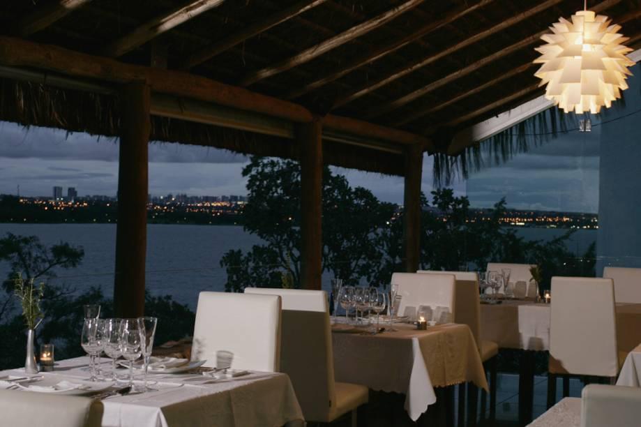 Varanda do restaurante Aquavit com vista para o Lago Paranoá