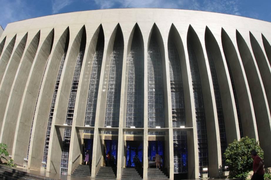 O Santuário Dom Bosco chama atenção pela luz azul que tinge todo ambiente. Isto se dá pois, no lugar de paredes, a igreja é cercada por vitrais