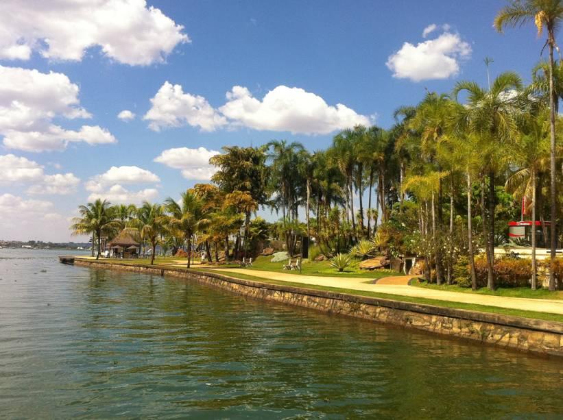 O Pontão do Lago Sul é uma opção de lazer em Brasília. O local reúne adeptos de windsurfe, lanchas, barcos, além de restaurantes, bares e quiosques