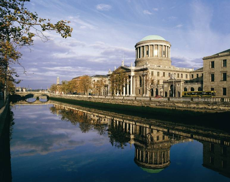 O histórico edifíco Four Courts - que abriga, entre outras, a Suprema Corte do país - foi bombardeado pesadamente em 1916, durante a Guerra Civil Irlandesa