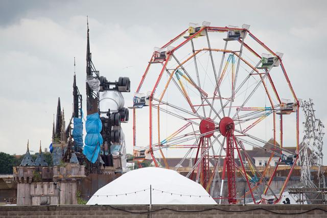 A roda-gigante e o castelo do Dismaland, em foto desta quinta-feira (20). Crédito: Getty Images