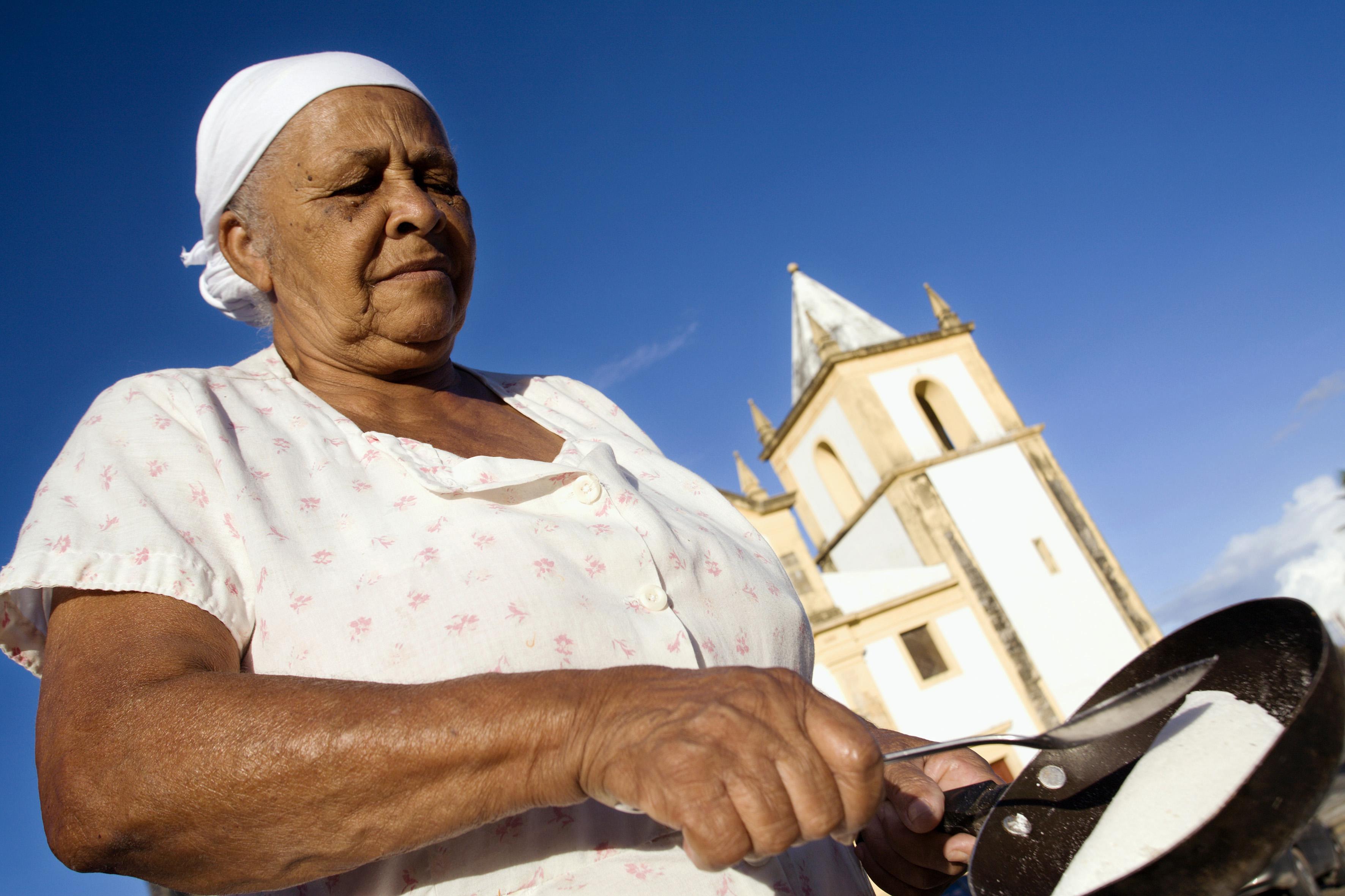 Dona Lúcia Rosa do Nascimento, a tia Lu, preparando tapioca, no Alto da Sé.