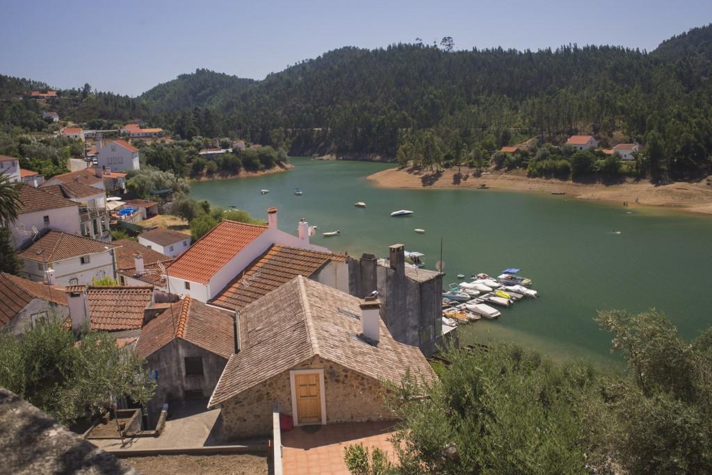 O belo cenário de Dornes com suas casinhas e o rio Zêzere (Foto: Ora, Pois!)