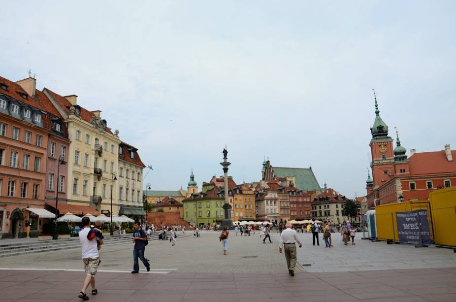Totalmente destruída pelas forças nazistas, a Cidade Velha de Varsóvia foi minuciosamente reconstruída no pós-guerra, utilizando antigas plantas e até mesmo pinturas de artistas como Canaletto