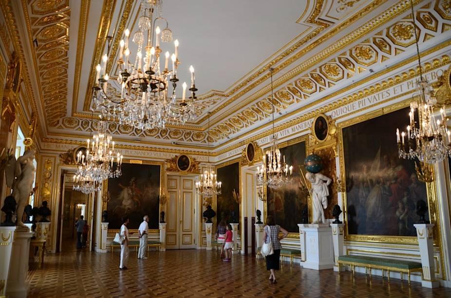 Parte da atribulada história da Polônia é encarnada pelo Palácio Real de Varsóvia. Totalmente destruído em 1944 por forças nazistas, o país todo reuniu recursos para reconstruí-lo em todo seu esplendor e hoje é um símbolo de união nacional