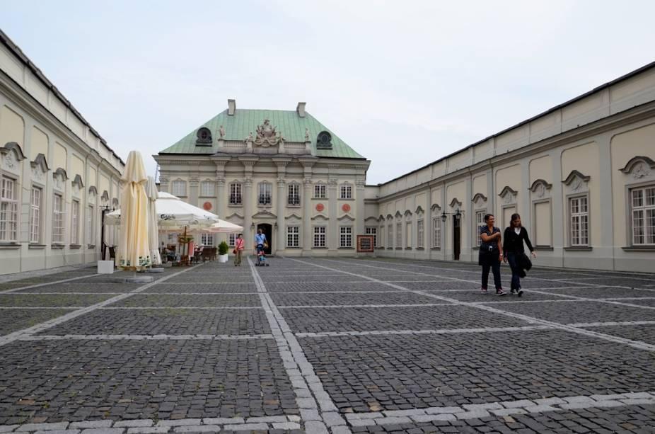 O Palácio de Telhado de Cobre fica junto ao Castelo de Varsóvia e hoje abriga um pequeno museu de tapeçarias. Construído no século 18, foi totalmente destruído em 1944 e posteriormente reconstruído nos esforços de recuperação da Cidade Velha.