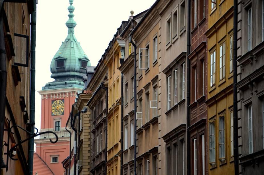 Por um período de cinco anos Varsóvia foi destruída por conta de combates sangrentos, bombardeios nazistas e demolições sistemáticas em represália ao Levante de 1944. Depois de muito debate, optou-se pela reconstrução total da cidade, incluindo o antigo Palácio Real, visto ao fundo. Hoje a área é listada como Patrimônio da Humanidade pela Unesco.