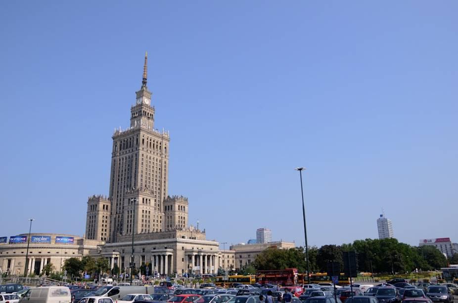 Com 231 metros até o alto de sua agulha, o Palácio da Cultura e das Ciências é o mais alto edifício do país e foi um presente de Stálin para o povo polonês. Uma piada diz que a melhor vista de Varsóvia é do alto de sua plataforma de observação, pois é o único lugar de onde não se pode ver o controverso arranha-céu.