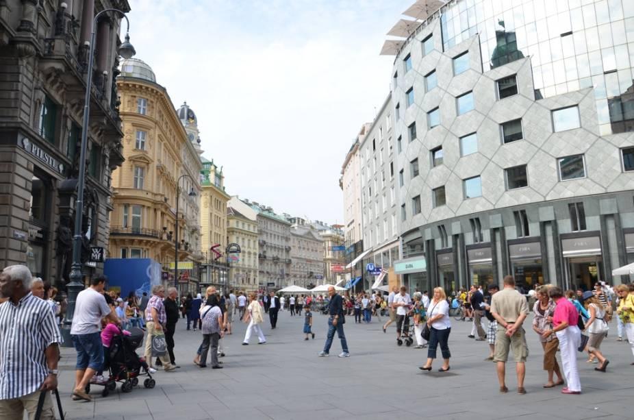 O bulevard Kärntner, no coração de Viena, é uma das ruas comerciais mais bonitas da Europa Central, ostentando lojas de marcas de grife, restaurantes, hotéis e charmosos cafés