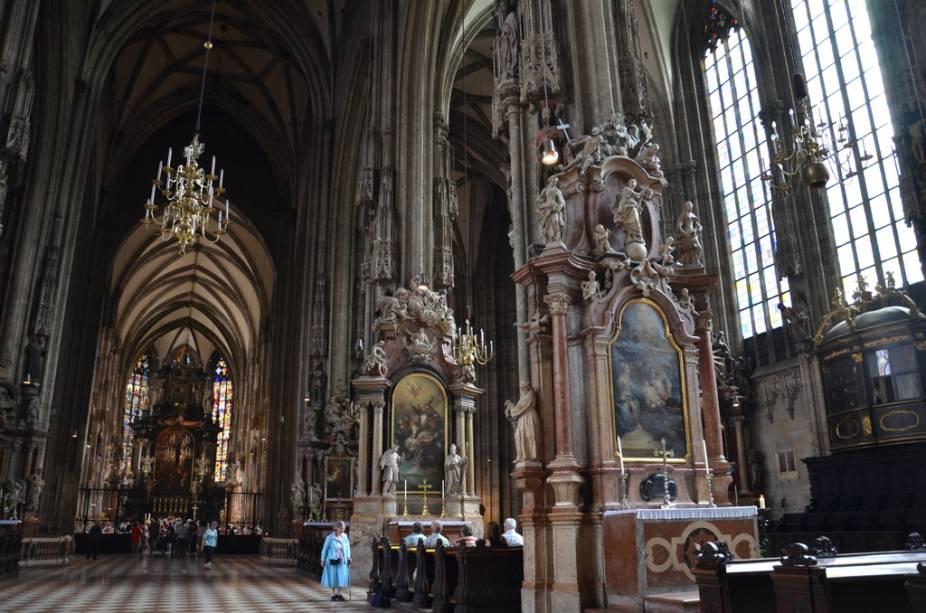 A Catedral de Santo Estevão domina o centro de Viena. Seus altares e capelas góticos e suas grandes dimensões verticais fazem dela um dos mais poderoso ícones da capital austríaca