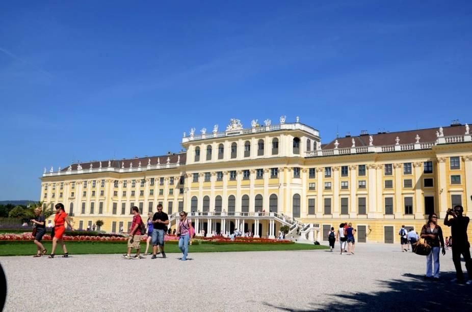 O Schönbrunn serviu como residência do imperador Franz Joseph I e sua esposa Sissi, um dos mais emblemáticos casais reais da virada do século 19 para 20. Parte de seus aposentos estão preservados tal como deixados por eles