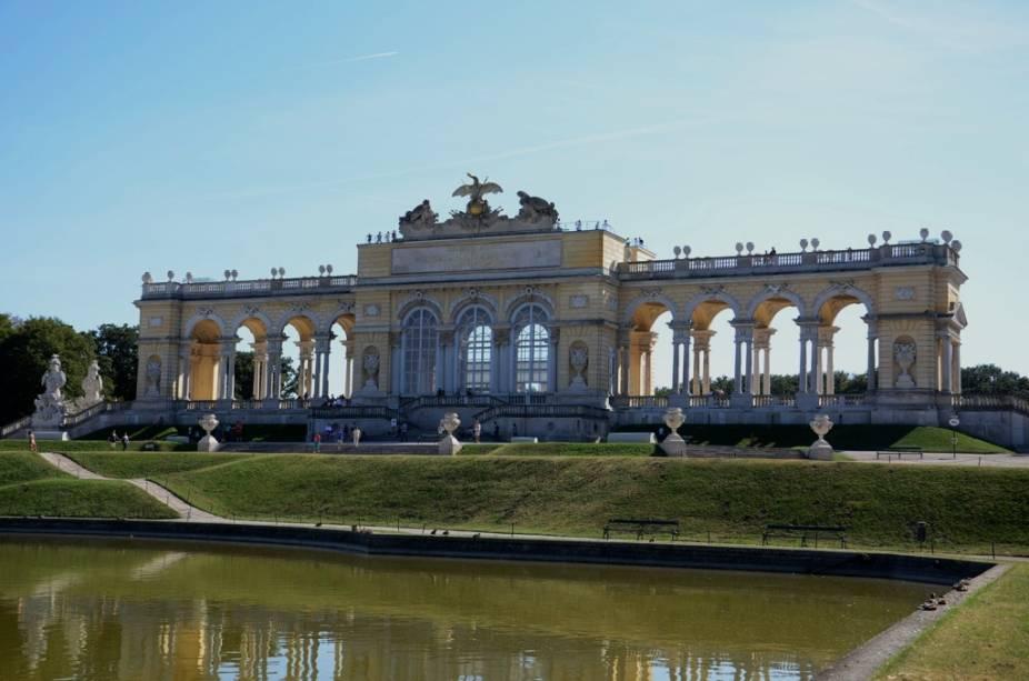 O Gloriette é uma pequena galeria sobre uma colina nos jardins do palácio Schönbrunn. Hoje abriga um agradável café