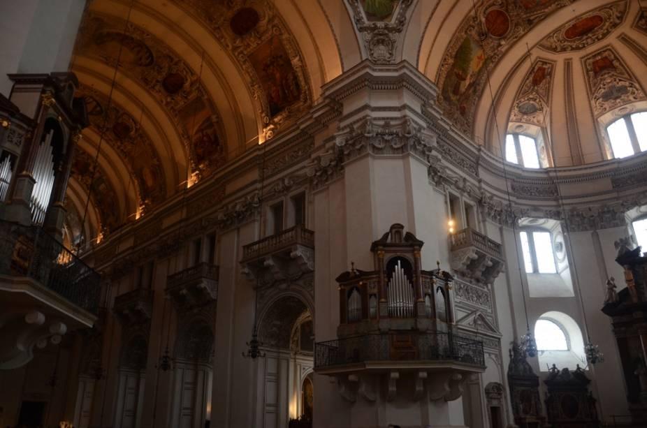 Salzburgo é musical até mesmo em sua catedral. Junto às colunas que sustentam sua cúpula, estão quatro órgãos que tornam as missas um verdadeiro encontro com Deus