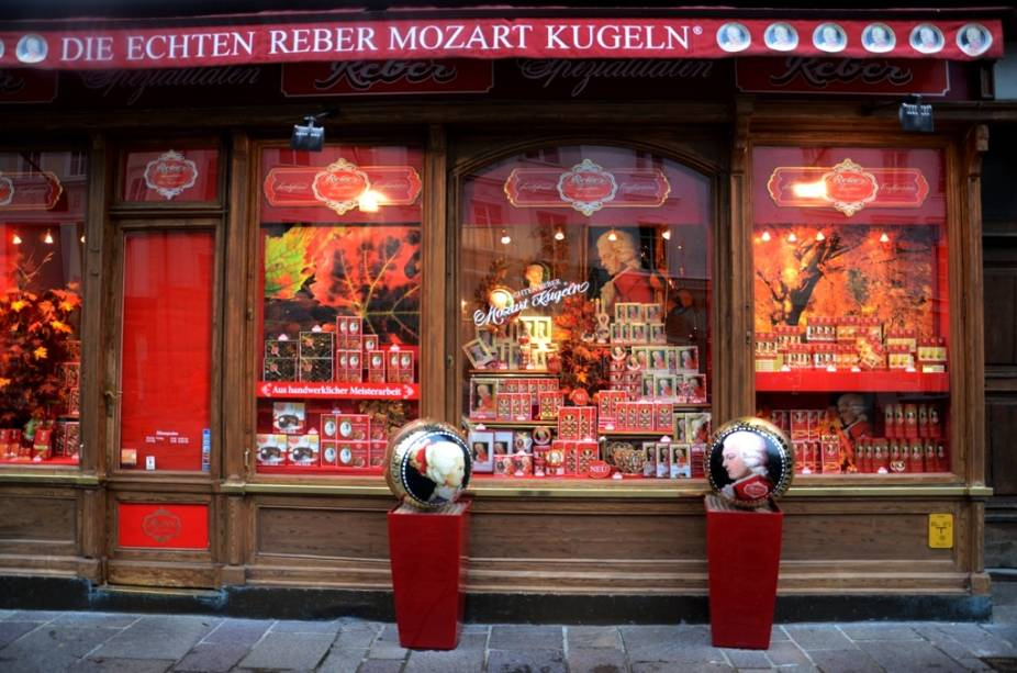 Salzburgo vive muito da memória de Mozart, mas o gênio da música odiava a cidade e, na primeira oportunidade que teve, partiu para outros destinos. Mesmo assim, em qualquer esquina de Salzburgo você encontrará chocolates, licores, bolos e lembranças que remetem ao filho mais famoso da cidade