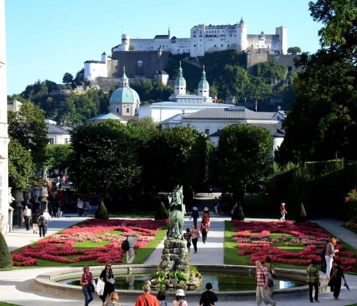 Construído no século 17, os jardins do Palácio Mirabel, tendo a cúpula e as torres da Catedral e a fortaleza de Salzurgo como pano de fundo, serviram de cenário para a legendária cena da canção <em>Do-Re-Mi </em>do filme <em>A Noviça Rebelde</em>, estrelada por Julie Andrews e Christopher Plummer