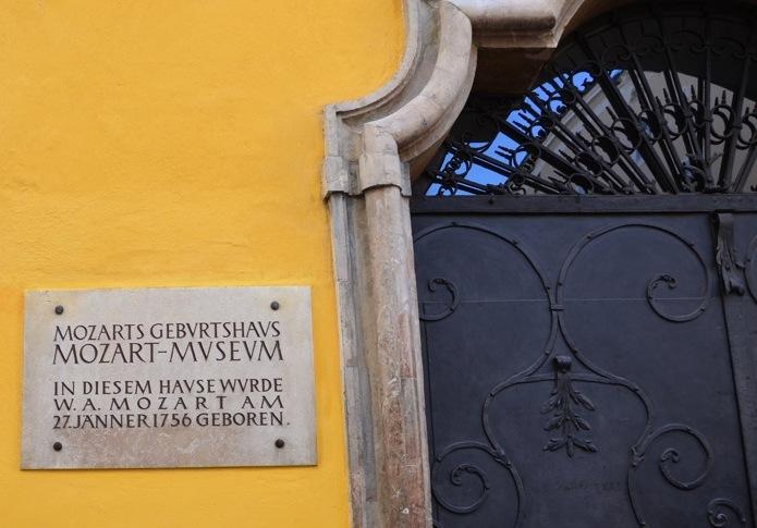 Wolfgang Amadeus Mozart nasceu nessa casa na rua Getreidegasse em 27 de janeiro de 1756. Ele legaria para a humanidade uma prolífica obra com sinfonias, óperas, composições de câmara e requiens, entre outros, criando boa parte da memória sonora da civilização ocidental