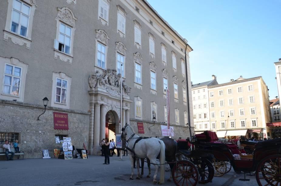 O Residenz é o antigo palácio dos poderosos arcebispos de Salzburgo e hoje contém uma extensa coleção de arte dos séculos 16 ao 19