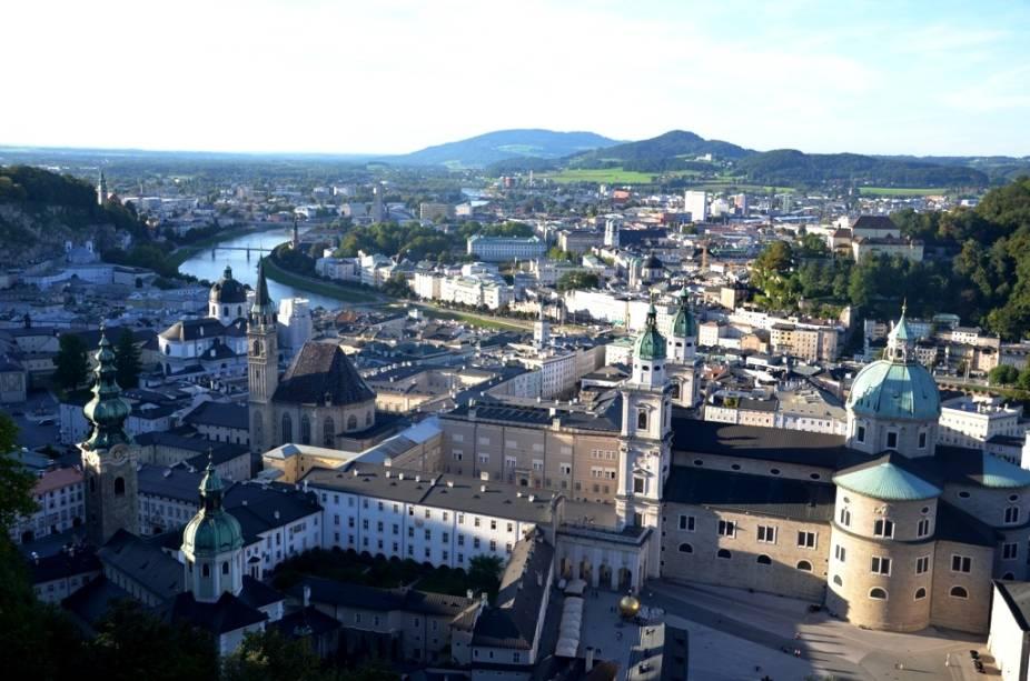 Salzburgo fica ao longo do rio Salzach e possui inúmeras igrejas barrocas e simpáticos edifícios. Muito do turismo da cidade é curiosamente relacionado ao legado artístico de Mozart (que não gostava de sua terra natal) e do filme <em>A Noviça Rebelde</em> (que foi um retumbante fracasso na Áustria)