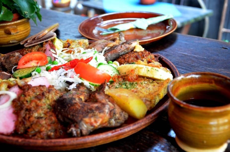 Pratos com carnes de coelho e faisão e panquecas de batata são comuns em países do centro-leste europeu. Acompanhados de vinho de mel, o <em>mead</em>, são uma refeição completa e bem calórica