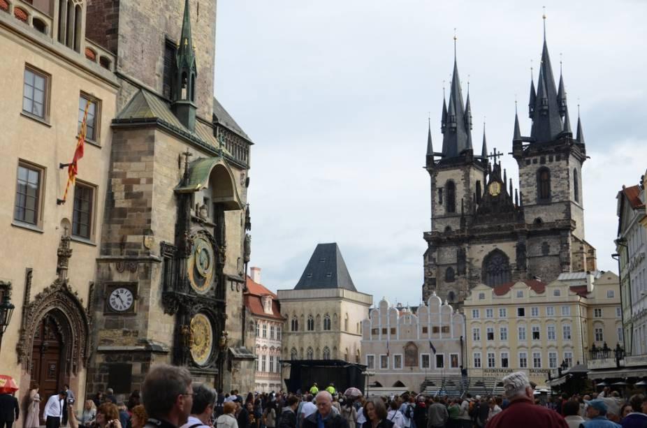 A Starometske Namesi, a praça da Cidade Velha, é o coração turístico de Praga, com multidões se aglomerando em frente ao relógio astronômico
