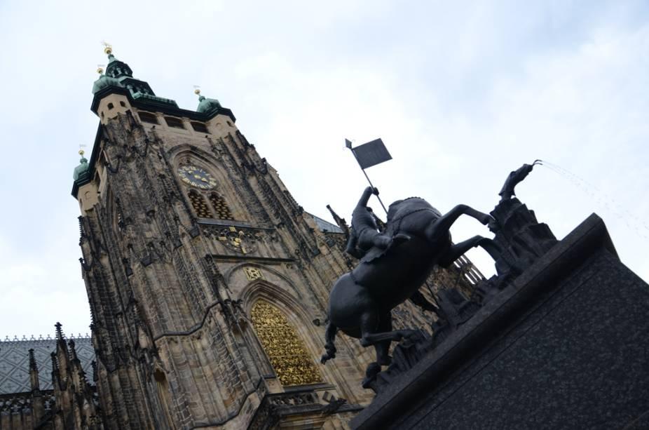 Catedral de São Vito e Estátua de São Jorge, no Castelo de Praga