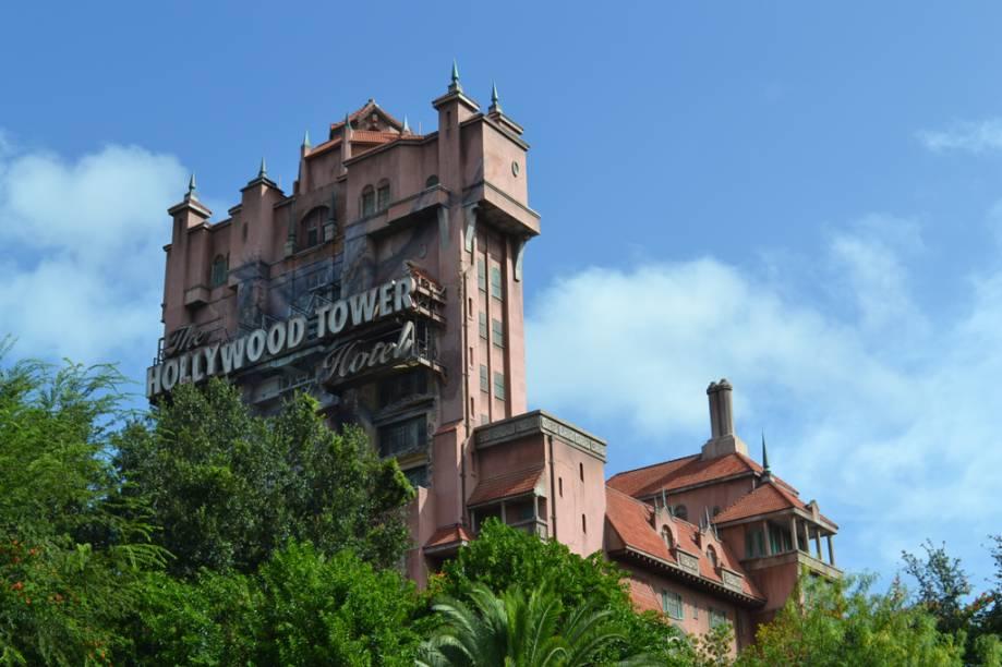 A grande atração desse hotel mal-assombrado, The Twilight Zone Tower of Terror, é o elevador que despenca de uma altura de 60 metros