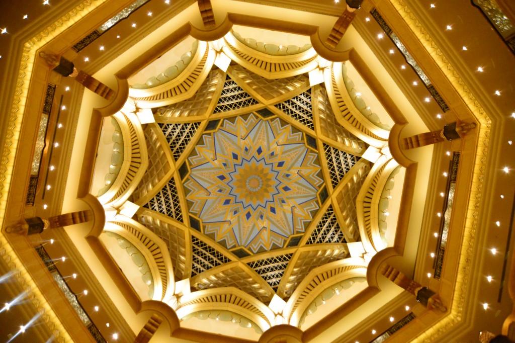 Emirates Palace: teto dourado com motivos árabes