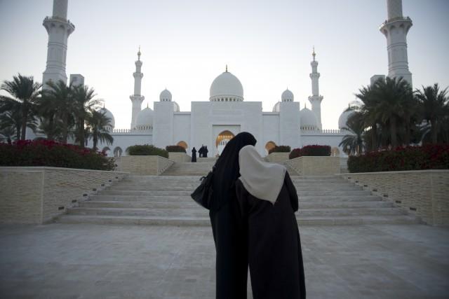 A mesquitona Sheikh Zayed, a atração mais concorrida (e esplendorosa) da cidade