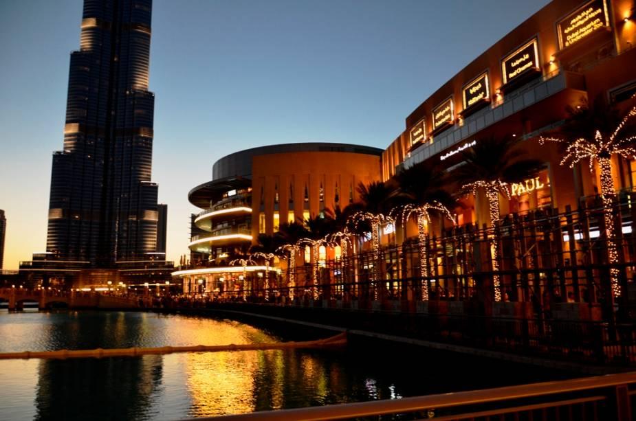 Gigantes lado a lado: o maior shopping do mundo, o Dubai Mall, e (apenas a base) do mais edifício do planeta, o Burj Khalifa