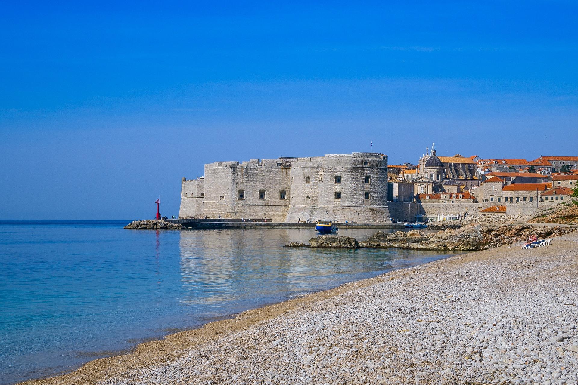 Banje, a praia mais famosa de Dubrovnik, que fica intransitável no verão