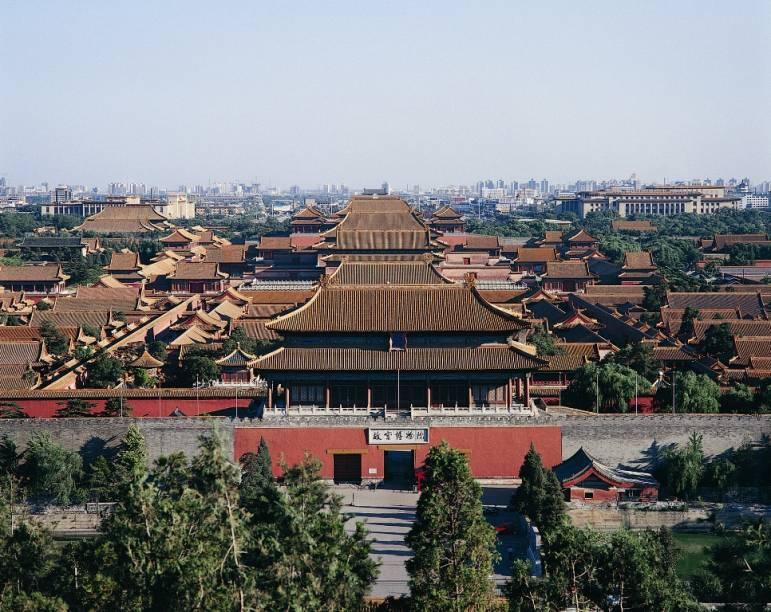 Vista geral da Cidade Proibida, o amplo complexo palaciano que servia de residência para os imperadores chineses em Pequim. Com 720 mil m2 e quase mil edifícios, é um verdadeiro labirinto de jardins, pátios e corredores e pode tomar um dia inteiro de visita