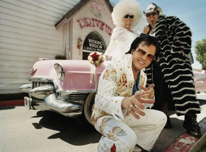 Las Vegas, onde é possível casar sem sair do carro, está entre as cidades que mais confirmam a união de pessoas no mundo, graças à legislação que não faz nenhum tipo de exigência aos noivos