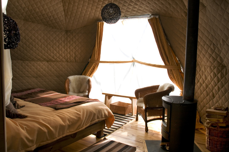 As tendas do Eco Camp são preparadas para resistir às fortes rajadas de vento, chuva e neve da região. Seu bem cuidado interior inclui pisos de madeira, fogão a lenha e confortáveis camas