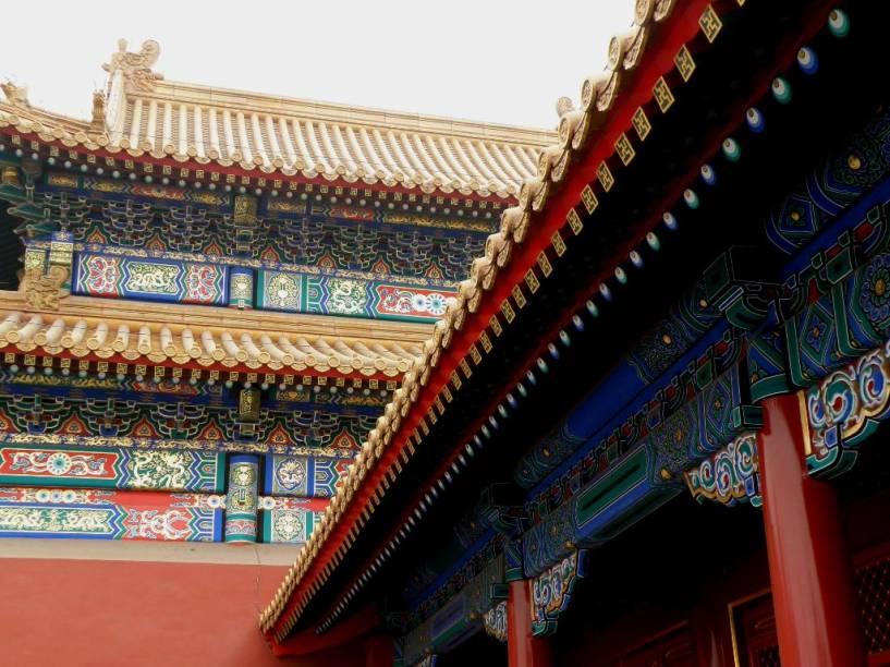 A Cidade Proibida, em Pequim, foi a mítica residência dos imperadores do trono do dragão. Boa parte dos edifícios e das características atuais foram feitas entre as dinastias Ming e Qing até a monarquia ser extinta em 1912. Com quase mil edifícios e dezenas de corredores e pátios, é definitivamente a atração número um da cidade