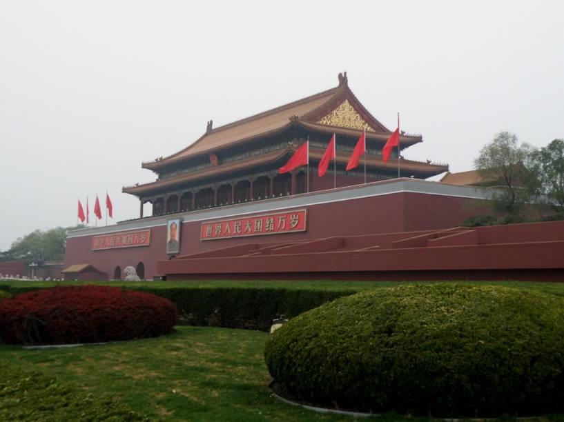 Portão da Suprema Harmonia, o mais meridional da Cidade Proibida. Com seu grande balcão e o enorme retrato de Mao Zhedong dando para a Praça Tiananmen, este é um dos maiores ícones da capital chinesa