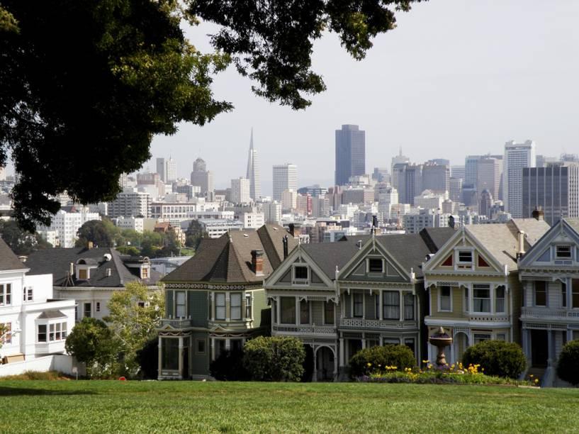 A paisagem de San Francisco é composta por prédios modernos e casinhas no estilo vitoriano
